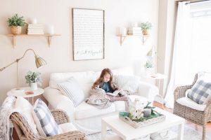 Dziecko siedzące na kanapie